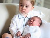 العائلة الملكية ببريطانيا تنشر صورة للأميرة تشارلوت مع شقيقها الأكبر