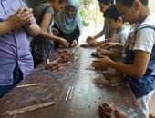 بالصور.. تفعيل ورش الأطفال بتشكيل مجسمات طينية بمركز راتب صديق الثقافى