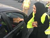 بالصور.. وزيرة الشباب الإماراتية تشارك فى توزيع الإفطار على الصائمين بدبي