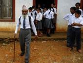 بالصور.. مسن نيبالى يعود للمدرسة وعمره 68 عاما بعد أن منعه الفقر فى الماضى