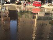 بالصور.. كسر بماسورة مياه تغرق شارع الرشاح والمحلات فى صفط اللبن بالجيزة