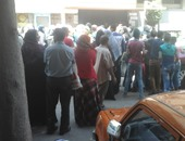 بالصور.. طلاب الإعدادية يقطعون شارع حسين حجازى للالتحاق بمدارس تمريض الثانوية