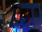 صحافة المواطن.. بالفيديو.. طفل يقود سيارة نقل ثقيل فى بنها وسط غياب المرور