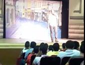 """بالفيديو..مدرس يلقى """"درس خصوصى"""" بمسرح فى رمسيس على أنغام موسيقى ناصر 56"""