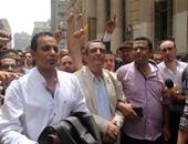 بالفيديو.. تأجيل أولى جلسات محاكمة نقيب الصحفيين وعضوى المجلس لجلسة 18 يونيو