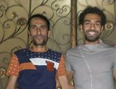 قارئ يشارك صحافة المواطن بصور التقطها مع محمد صلاح أمام منزله بالغربية