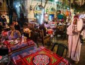 المصريون يتناولون السحور فى الحسين وسط أجواء رمضانية