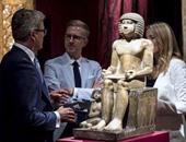 بالصور.. إنجليز يشاركون المصريين بلندن التظاهر لعودة تمثال فرعونى إلى مصر