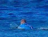 """بالفيديو.. سمكة قرش تهاجم """"راكب أمواج"""" أمام كاميرات التلفزيون"""