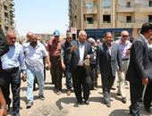 """بالفيديو.. سائق تاكسى لمحافظ القاهرة: """"المخالفات مبهدلانى"""".. و""""السعيد"""" يعد بتخفيضها"""