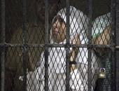 """بطلة """"سيب إيدى"""" تخفى وجهها عن المصورين أثناء نظر استشكالها على حبسها"""