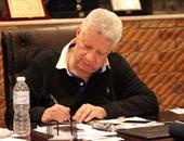 مرتضى منصور يجتمع بلاعبى الزمالك بسبب أزمة المستحقات