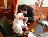 بالصور.. محافظ الإسكندرية يقبل رأس عامل النظافة المصاب أثناء تأدية عمله