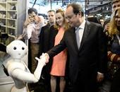 """بالصور.. الرئيس الفرنسى يصافح الروبوت """"واتسون"""" خلال معرض viva فى باريس"""