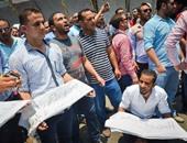 بالفيديو والصور.. حملة الماجستير يحملون أكفانهم أمام مجلس الوزراء للمطالبة بالتعيين