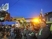 بالصور.. احتجاجات للفلاحين الفرنسيين لتدهور أسعار الألبان بمدينة لومان