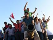 أنصار أردوغان يسيطرون على جسر البسفور