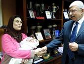 غارمة تضع مولودها بعد ساعات من سداد ديونها ومدير أمن الغربية يستقبلها بمكتبه