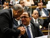 بالصور.. استخدام الموبايل والألتفاف حول الوزراء أبرز أخطاء النواب بالجلسات