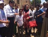 """نائبة بقنا تشارك الشباب فى مبادرة """"حلوة يا بلدى"""" بزراعة الأشجار"""