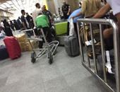 بالصور.. تكدس الركاب بمطار القاهرة بسبب نقص عربات الحقائب