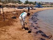 """بالصور.. """"البيئة"""": قرب الانتهاء من السيطرة على التلوث الزيتى بشواطئ الغردقة"""