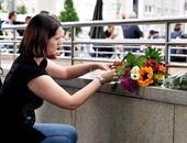 """بالصور.. ألمان يضعون زهور ويشعلون شموع بالقرب من مسرح جريمة """"ميونيخ"""""""