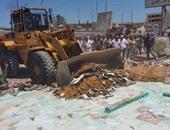 إزالة إعلانات مخالفة وإشغالات من شوارع القاهرة الخديوية