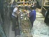 """صحافة المواطن: بالفيديو.. فتاة تسرق """"خاتم ذهب"""" من محل مجوهرات فى المطرية"""