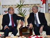رئيس وزراء الجزائر يستقبل اسماعيل أثناء توقفه فى مطار هوارى بومدين