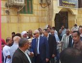 بالصور.. نائب وزير الإسكان يغادر منطقة الصحابى بعد تجمهر الأهالى