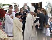 البابا فرنسيس يسقط على الأرض فى يوم الشباب العالمي ببولندا
