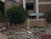 بالصور.. أولياء أمور يشكون تراكم القمامة بجوار مجمع مدارس الخطارة بقنا