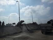 بالفيديو والصور.. توقف الطريق الزراعى لانقلاب سيارتين أعلى كوبرى إيتاى البارود