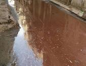 بالصور.. مياه الصرف تغرق  شارع المحكمة وتهدد بانهيار العقارات