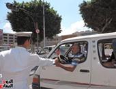 بالصور.. شرطة الإسكندرية توزع الزهور على المواطنين بمناسبة عيد الفطر