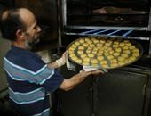 بالصور.. الفلسطينيون يستعدون لعيد الفطر بإعداد الكعك
