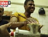 """بالفيديو.. بين رائحة البسكويت ولهيب الفرن .. صانعو الكحك:""""ما بنحسش بطعم رمضان"""""""