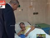 محافظ الجيزة يزور مستشفى أم المصريين ويوزع مبالغ مالية على المرضى