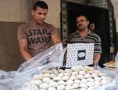 بالصور.. أهالى الإسكندرية يقبلون على شراء كحك الشرطة والجيش