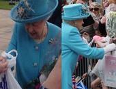 """بالفيديو.. سيدة تعطى ملكة بريطانيا """"كيس بلاستيك"""" من الهدايا"""