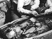 """بالصور.. مشاهير وأيقونات العالم كما لم تعرفهم من قبل..جون كيندى يحتضن مارلين مونرو.. أول حاسب آلى عرفه الإنسان..بن لادن يتدرب """"الجودو""""..لحظة اكتشاف تابوت """"توت عنخ آمون""""..ولقاء نادر لغاندى وشارلى شابلن"""