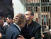 بالفيديو.. رامز جلال يقبل يد شهيرة ورأس محمود ياسين لحظة حضورهما عزاء والده
