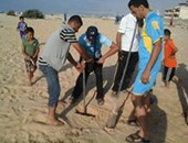 بالصور.. شباب متطوعون بالعريش يطلقون مبادرة لتنظيف الشاطئ