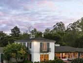 بالصور.. شاهد منزل النجمة درو باريمور بولاية كاليفورنيا.. بنى عام 1937 على مساحة 2 فدان.. ويطل على مشهد جبلى.. يضم 6 غرف للنوم و7 حمامات.. وحديقة بها أشجار الأفوكادو