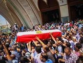 وضع علم مصر على جثمان الراحل نور الشريف