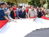 محافظ المنيا يوقع على أطول علم مصرى ويهديه للرئيس وأرواح الشهداء