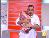 """القرموطى يظهر على """"مانشيت"""" بجلباب أبيض وقطعة لحم تضامنا مع """"بلاها لحمة"""""""