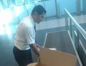 جمارك المطار تحبط محاولة تهريب 30 تليفون محمول داخل كرتونه مياه زمزم