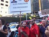 محتجون لبنانيون يلقون حمولة شاحنة من النفايات أمام مقر شركة نظافة